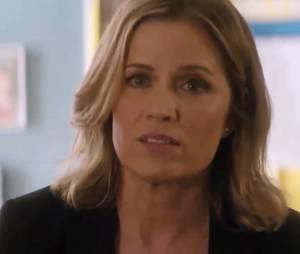 """Em """"Fear The Walking Dead"""", Madison (Kim Dickens) tenta acabar com os rumores de uma epidemia misteriosa na escola onde trabalha"""