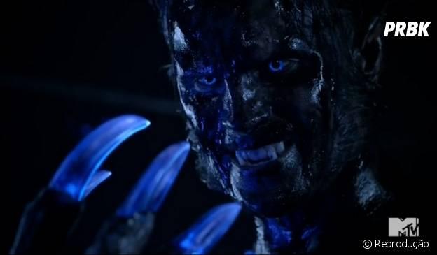 """Uma criatura sobrenatural com garras brilhantes aparece na estreia da 5ª temporada de """"Teen Wolf"""" e vai atrás de Scott (Tyler Posey)"""