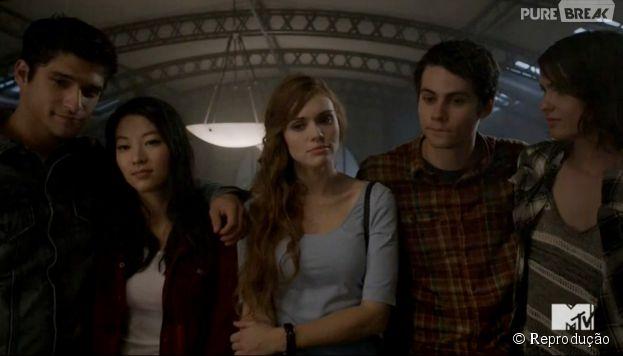 """Scott (Tyler Posey), Kira (Arden Cho), Lydia (Holland Roden), Stiles (Dylan O'Brien) e Malia (Shelley Hennig) participam de uma tradição dos formandos na escola em """"Teen Wolf"""""""