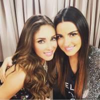 Anahí e Maite, ex-RBD, posam juntas nos bastidores dos Premios Juventud 2015!