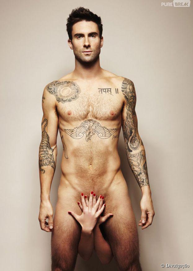 Adam Levine adora mostrar seu corpo sarado por aí! Veja mais famosos que são bem desinibidos!