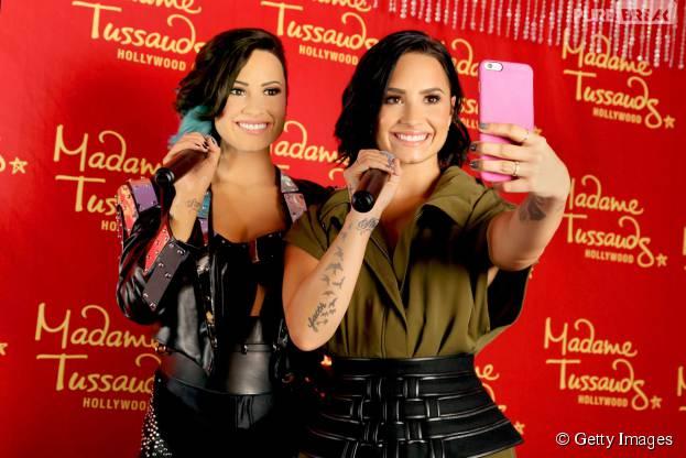 Demi Lovato tira foto junto com sua estátua de cera!