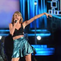 Taylor Swift explica detalhes da dancinha cômica que sempre faz nas premiações!
