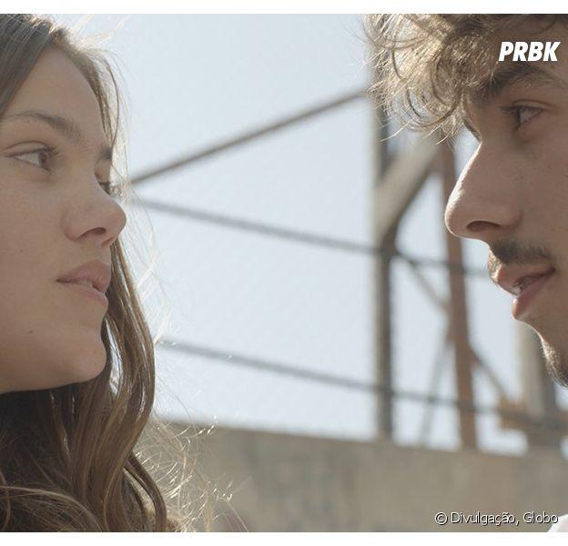 """Alina (Pâmela Tomé) se aproxima de Luan (Vitor Novello) para fazer ciúmes em Rodrigo (Nicolas Prattes) em """"Malhação"""""""