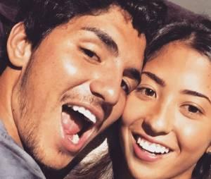 """Gabriel Medina publicou uma foto ao lado da nova namorada com a legenda """"Camila"""", uma piada interna dos dois para esconder o nome de Tayna Hanada!"""