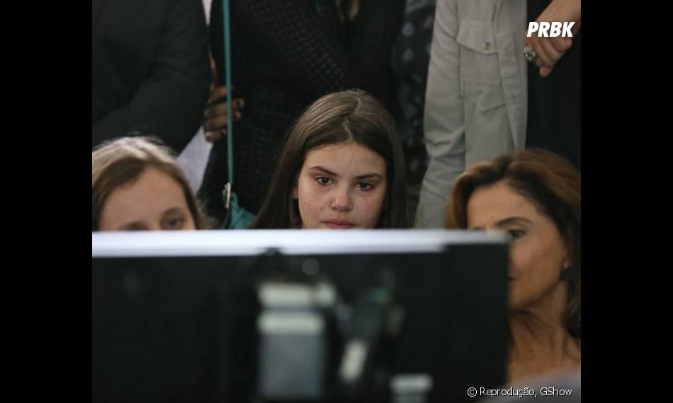 """Camila Queiroz fica emocionada ao rever as cenas do enterro de Carolina (Drica Moraes) em """"Verdades Secretas"""""""