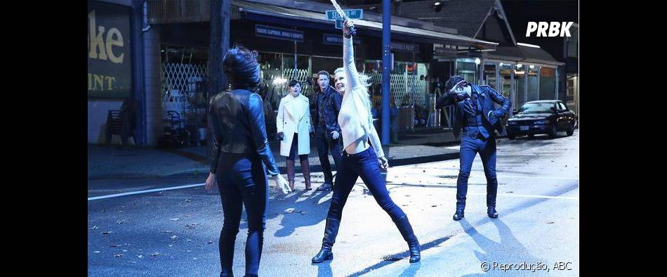 """Emma (Jennifer Morrison) teve de se tornar a nova Senhora das Trevas em """"Once Upon a Time"""" para salvar Regina (Lana Parrilla)"""