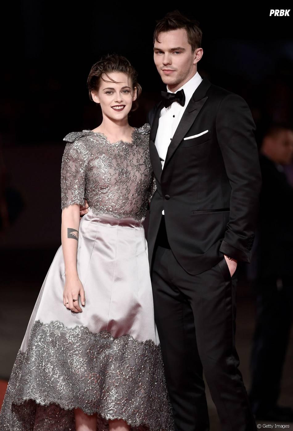 """Kristen Stewart está promovendo o seu filme """"Equals"""", com Nicholas Hoult"""