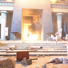 """Novela """"Os Dez Mandamentos"""": Egito é destruído por chuva de granizo e fogo na sétima praga!"""