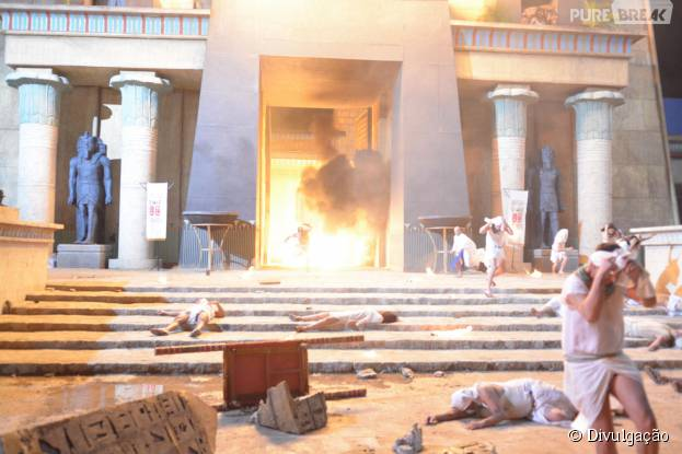 """Em """"Os Dez Mandamentos"""", sétima praga deixa o reino de Ramsés (Sérgio Marone) coberto de fogo!"""