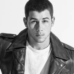 """Nick Jonas canta na chuva e faz a linha The Weeknd no lançamento do clipe """"Area Code"""". Assista!"""