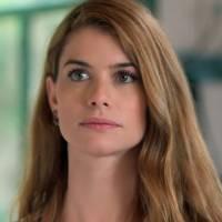 """Novela """"Além do Tempo"""": Lívia diz que vai esquecer Felipe e planeja casamento com Pedro"""