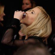"""Jennifer Lawrence, de """"Jogos Vorazes"""", toma uísque em tapete vermelho e é homenageada por Joe Jonas"""