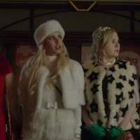 """Em """"Scream Queens"""": na 1ª temporada, Red Devil persegue Chanel e companhia em dia de compras!"""