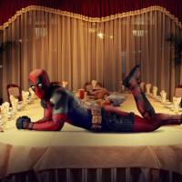 """De """"Deadpool"""": Ryan Reynolds sensualiza e faz pose de peru assado para o Dia de Ação de Graças"""