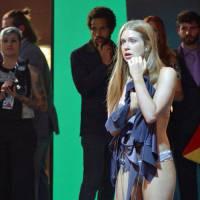 """Novela """"Totalmente Demais"""": Eliza (Marina Ruy Barbosa) fica praticamente pelada em festa!"""