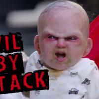 """Bebê demoníaco assusta pessoas em Nova York para divulgar filme """"O Herdeiro do Diabo"""""""