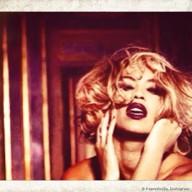 Beyoncé posta várias fotos sensuais em seu Instagram, durante toda esta quarta-feira, 15 de janeiro de 2014