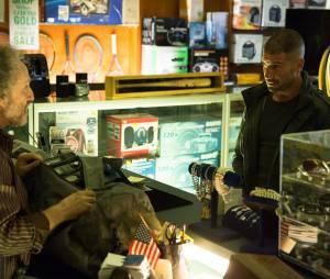 """Em """"Demolidor"""": na 2ª temporada, Justiceiro (JonBernthal) aparece em novas imagens promocionais e fãs fazem piadas com """"The Walking Dead"""""""