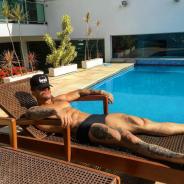 """Lucas Lucco, de """"Malhação"""", publica foto só de sunga, exibe tanquinho sarado e arranca elogios!"""
