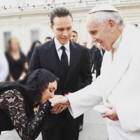 "Anahi recebe o Papa Francisco no México após compôr o hit ""Mensagero de Paz""!"