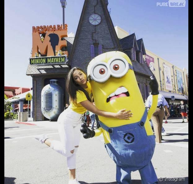 Anitta aproveitou que estava na Disney e tirou foto com um Minion