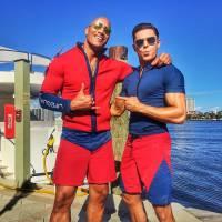 """Zac Efron e Dwayne Johnson aparecem em primeira foto do filme """"S.O.S. Malibu"""". Confira!"""