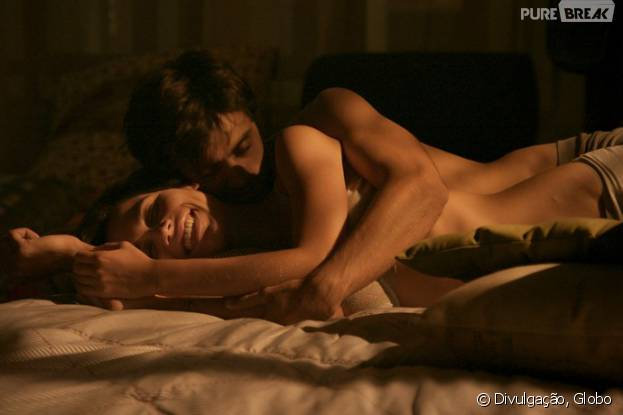 """Em """"Totalmente Demais"""": Leila (Carla Salle) manda indireta para Jonatas (Felipe Simas) sobre os dois morarem juntos!"""