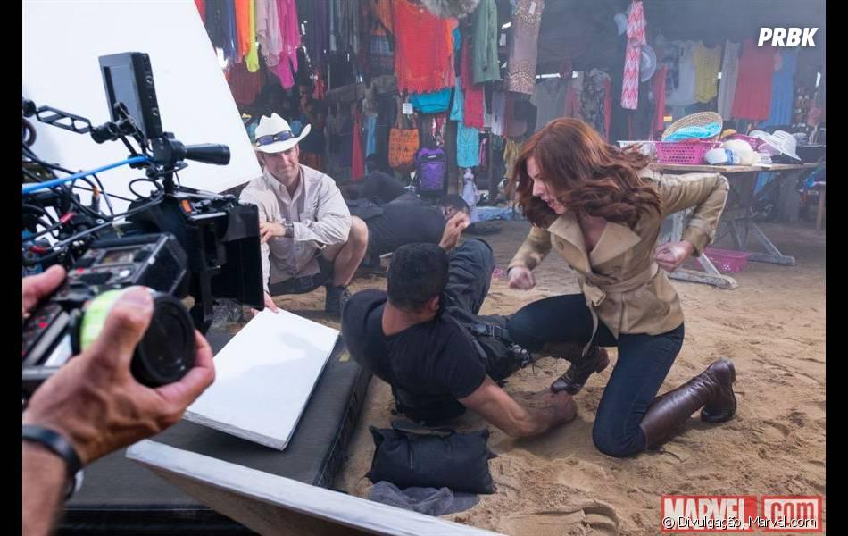 """Viúva Negra (Scarlett Johansson) bate em algum vilão nas novas fotos de """"Capitão América 3: Guerra Civil"""""""