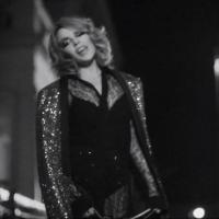"Kylie Minogue aparece sedutora e divertida no clipe do single ""Into The Blue"""