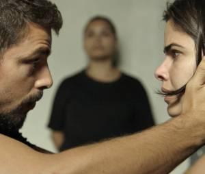 """Novela """"A Regra do Jogo"""": Juliano (Cauã Reymond) diz para Tóia (Vanessa Giácomo) que irá perseguir Romero (Alexandre Nero)"""