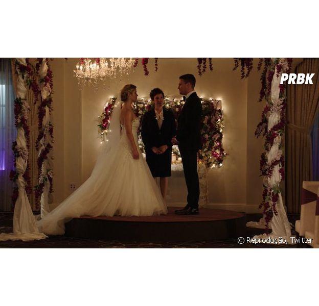 """Em """"Arrow"""", Oliver (Stephen Amell) e Felicity (Emily Bett Rickards) se casam e surpreendem fãs!"""
