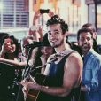 Tiago Iorc canta e toca violão nos seus shows. Além de lindo, é um super talento!