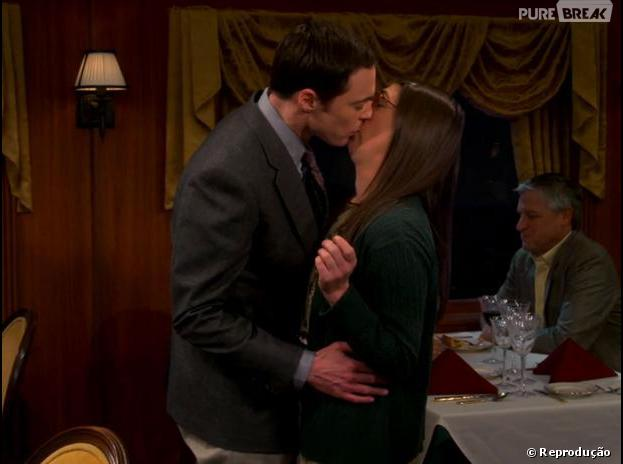 "Sheldon (Jim Parsons) beijou Amy (Mayim Bialik) em ""The Big Bang Theory"""