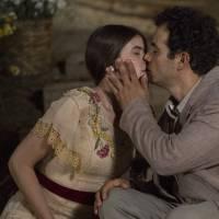 """Novela """"Êta Mundo Bom"""": Mafalda (Camila Queiroz) e Zé dos Porcos se beijam pela primeira vez!"""