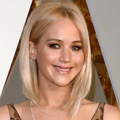 """Jennifer Lawrence recebeu ajuda de Emma Stone quando vomitou em show de Adele: """"Ela foi muito fofa"""""""