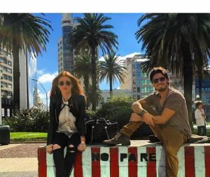 """No Uruguai, Marina Ruy Barbosa e Daniel Rocha posam juntos, nos bastidores de gravaçãode """"Totalmente Demais"""""""
