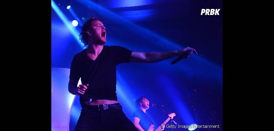 Vocalista Dan Reynolds da banda Imagine Dragons se apresentando em Hollywood, EUA