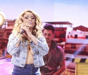 """Lexa surpreende fã e canta """"Para de Marra"""" no programa """"Máquina da Fama"""", do SBT!"""