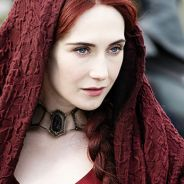 """De """"Game of Thrones"""", Melisandre ganha coração do público após ressuscitar Jon Snow (Kit Harington)!"""