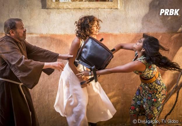 Padre da igreja de Grotas tenta apartar briga entre Luzia (Camila Pitanga) e Tereza (Lucy Alves)