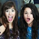 Com Demi Lovato, Selena Gomez e mais: veja 10 sinais de que sua melhor amiga pode ser a maior falsa!