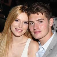 """Bella Thorne e Gregg Sulkin, de """"Faking It"""", fazem 1 ano de namoro e pulam de paraquedas!"""