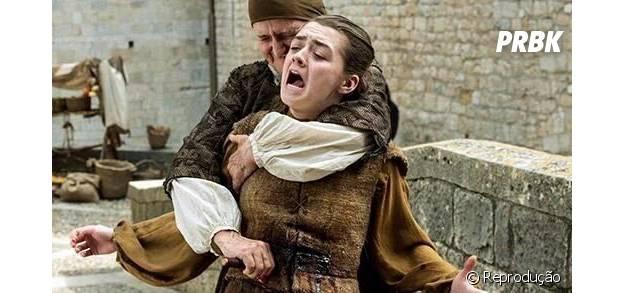 """Em """"Game of Thrones"""", Arya (Maisie Williams) é esfaqueada, mas consegue fugir"""