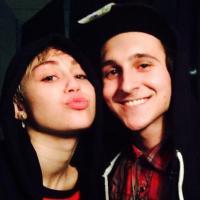 Miley Cyrus revive amizades de Hannah Montana! Gata encontrou o elenco da série
