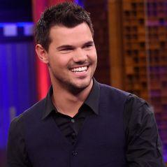 """De """"Scream Queens"""": Taylor Lautner, confirmado na 2ª temporada, posa com outdoor da série!"""