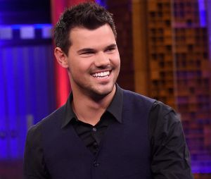 "Confirmado em ""Scream Queens"", Taylor Lautner posa com outdoor da segunda temporada"