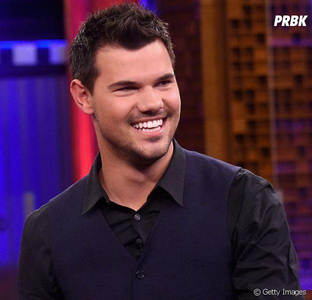 """Confirmado em """"Scream Queens"""", Taylor Lautner posa com outdoor da segunda temporada"""