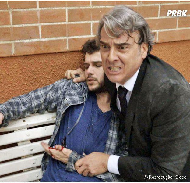 """Em """"Haja Coração"""", Giovanni (Jayme Matarazzo) leva facada ao salvar Aparício (Alexandre Borges) de assalto!"""