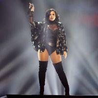 Demi Lovato sofre acidente em show, torce o tornozelo e preocupa fãs na web! OMG